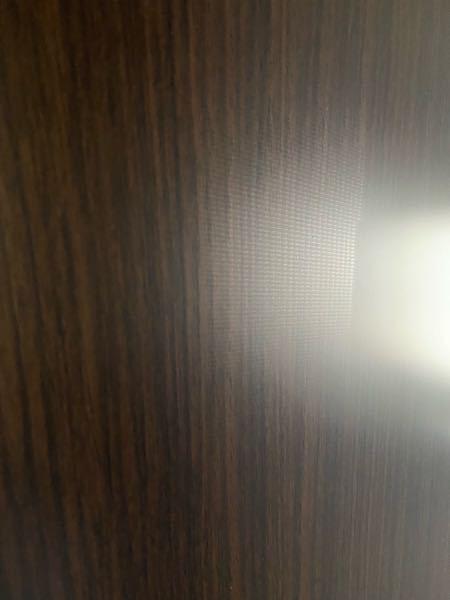 先日冷蔵庫を家電屋さんで買いました。 昨日配達してもらったのですが、光の当たり具合で最初わからなかったのですが、今朝見てみると梱包材?テープ?の跡のようなものが写真だと伝わりずらいかもですが、肉眼だとはっきりわかるものが確認できました。 こうゆうのって初期不良として交換対応にはなるのでしょうか?それとも綺麗にする方法とかはありますか?