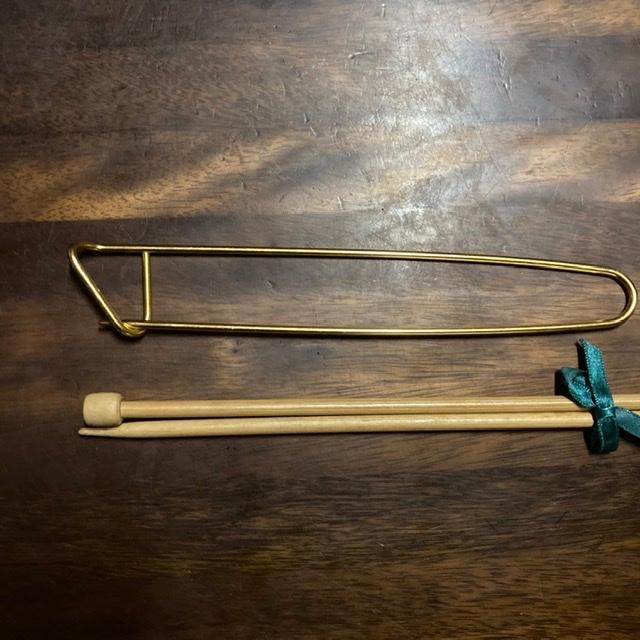 編み棒と一緒にいただいたのですが、これはなんという名前でどのように使うものか教えていただきたいです。大きさは横でだいたい20センチです。参考に編み棒も一緒に並べています。よろしくお願いします。
