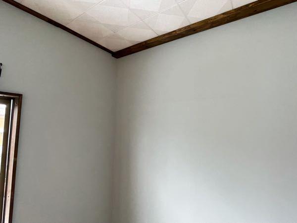 亡くなった父の部屋を子ども部屋にDIYリフォーム中です。 エアコンが古いもので、普通に延長コードで家庭用コンセントに繋いでいたようです。 エアコンを新しくつけるにあたってエアコンをつける天井付近に専用のコンセントを増設しないといけないと思いますが、増設費はおおよそで構わないので検討つくでしょうか。 部屋にはコンセントが2箇所あり、そこから分岐するんですかね。 リフォームもだいたい仕上がってきたので、壁裂かれるとかキツいので、 どんな増設工事が行われるのかも知りたいです。