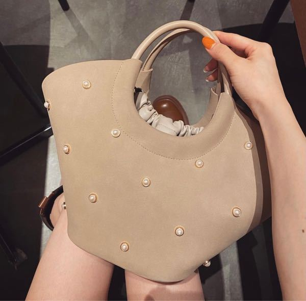 このバッグがどこのものかわかる方いませんか? 投稿者は恵比寿アトレで購入と答えているのですが、どこのお店かは忘れてしまったと言っていました、、 どうしても欲しくて探しているのですが見つからないので、もしわかる方いたら教えて欲しいです!