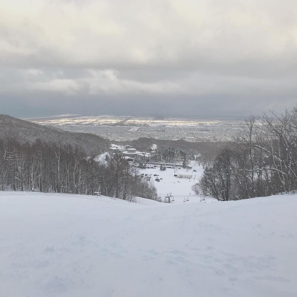 このスキー場はどこのスキー場か分かる方いらっしゃいませんでしょうか? 北海道だと思うのですが。。