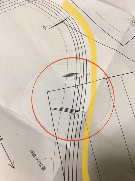 洋裁の、シャツの袖付けについて、 袖山にあるこの印(何故か前後2本づつあります)は どのような指示なのでしょうか?? 前身頃とヨークのアームホールには、印が一本です。 前身ごろのアームホールと、 袖山の前側を測ってみると、 6センチも差がありました。 作例の写真ではタックのようなシワもないので、 イセるのかなあと思ったのですが これほどの量をイセるのでしょうか?? それとも私は何か勘違いしているでしょうか?? 掲載本には説明は何も書かれておらず、 分厚い洋裁百科を見ても該当しなかったのでお手上げです。 ★シャツを初めて作っています、 初歩的な内容かもしれないんですが何とか ご回答いただけるお優しい方 おられましたらよろしくお願いします。 ※写真は、 袖山の前のカーブが写っています。