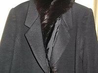 コートの襟の名前について質問です 襟の形について質問されましたがなんて説明したらいいのか分からず、困ってしまいました。 襟の上にファーがついています。