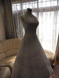 ウェディングドレスについて。 半年後に挙式を控え、現在ドレスなどを選んでおります。  挙式・披露宴の流れは、  白無垢(神前式)⇒色内掛(披露宴最初)⇒ウェディングドレス(お色直し1回目) ⇒カラードレス(お色直し2回目・お見送り) です。   ここからが本題なのですが、 披露宴でのお色直し1回目のウェディングドレスなのですが、 細身Aラインの大変シンプルなもので、首元は...