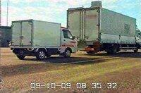カルガモ走法。前をはしる大型トラックのドライバーはキレないんですか??? 小型トラックが大型にピッタリくっ付いてETCを不正通過するカルガモ走法ですが、 大型の運転手は「おいコラァッ!」とならないのでしょうか? ここまで真後ろに付かれたら逆に気付かないのでしょうか???