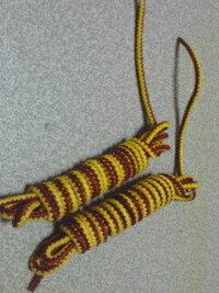靴について質問です! ティンバーランドのロールトップを買いました、 最初から写真のようなマキマキの紐?がついていました。 これは付けっぱな しで良いんでしょうか?? お洒落なので付けていたいのですが 付けて...