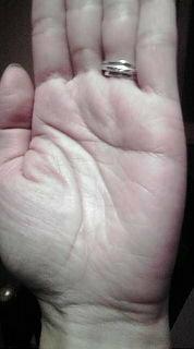 手相占いに詳しいかた よろしくお願いいたします 左手薬指の付け根から延びる線上に星があります 一筆書きで書いたような星です 何か意味のある線ですか
