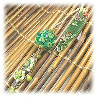 この上の所にある緑色の帯飾りプレート(帯留め)がどこで売っているか知りませんか?? 通販でも構いません・・・・・・・。 画像の右上にある色んな模様の入っている、この緑色の帯飾りプレートがどこにもなくて非常に困っています・・・・・  どなたかご存知の方がいらっしゃれば、教えていただけないでしょうか・・・・(汗