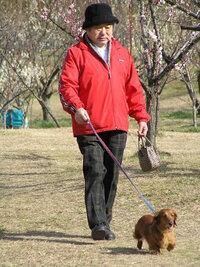 公園でばったり出会ったこのおじさんが、全国こども電話相談室の無着成恭先生でしょうか?