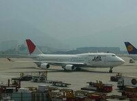 なぜ日本の航空会社(ANA・JAL)は、あんなに急ピッチでB747-400型機の売却を進めているのですか? また、なぜ最新型のB747-8型機を導入しないのですか? 確かにエンジン4発機のB747は燃費も悪く、整備コストもか...