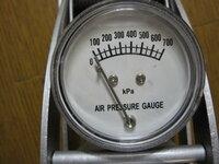 安い空気入れを買ってきたのですが圧力表示がKpaと有りました。 自分は古い人間ですのでKg/c㎡でなければ判りません。  単位の変換率など判り易く説明をお願いします