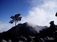 穂高連峰のジャンダルムに登ると天使が居ます。この天使はいつからジャンダルムに居るんだろう?調べてたら2004年の秋以前、確認が出来ません。いつから居るのか?古い画像があるところがあったら教えて下さい。