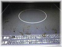 年末の掃除 オーブンレンジ掃除  画像の様に黒焦げが オーブンに付着しています 普通に拭いても取れません  擦ると傷がつくのでわ… と(><;)やっ てません。  市販のジフで軽~く 擦りましたがダメでした  掃除...