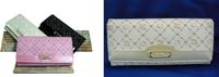 キティちゃんの財布を買おうと思っています!! ピンクとベージュのどちらの色がカワイイと思いますか? 迷っています。。