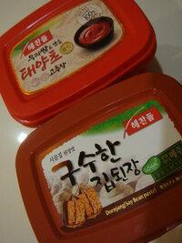 韓国語・韓国料理に詳しい方にお聞きします! 下記画像の商品名を教えてください。 私は今マレーシアに住んでいるのですが 韓国マートの店員さんが上の赤い箱に入っているのはコチュジャンで 下の茶色い箱に入っているのはトウバンジャンだと教えてくれました。  それを信用して購入したのですが、何だか違うような気がします。  日本で購入して食べていたものとは味が違うような気がしたので 本当...