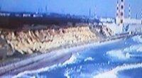 福島第一原発の海水ポンプの効率について 福島第一原発は元々海抜30メートルの断崖を 海面近くまで造成して設置していますが、 海抜30メートルのままで設置した場合、 冷却水を海面から40メートルも 汲み上げる事による電力ロスは、 発電電力量に対して何%位の電力ロスになるのでしょうか? (現状の設置高に対してどれ位、効率が悪くなるのか)  もし僅かな電力ロスだったら、 そのまま...