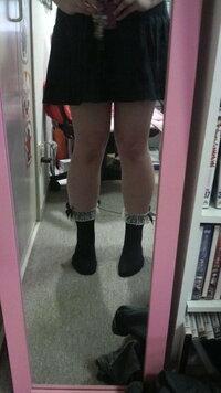 足(脚)太いですよね… 流行の短い靴下を合わせたいんですけど足が太くてきまりません…  やっぱりわたしは足出さない方がいいですか?  おせじとかでなく率直な感想をください
