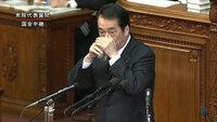 お茶を飲むとき、口を手で隠して飲まないと韓国人に見られるのですか。  総理大臣は日本のトップなのでまねをしないと 愛国者あたりから怒られるとか。