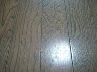 ラグ裏面の滑り止めによるフローリングの変色について 3~4ヶ月敷いていたラグをあげたところ、 裏面の滑り止めの跡がラグを敷いていた全面にびっしりついていました。 跡というか、滑り止めのポツポツが床に白くついたような、変色のような感じです。  滑り止めは、グレーの裏面にゴム製の濃いグレーのポツポツが付いてるタイプです。  まだ全然引っ越す予定はないのですが、 かなりの広範囲なので...