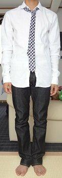 高2男子のネクタイ私服 高2の男子です。  今度、はじめて私服にネクタイを取り入れたファッションをしてみようと思い、白いシャツに、青のブロックチェックに青×赤の細い線が入った細身のネクタイ、細身の黒デニムを着てみました。  画像はそのときの写真です。。  客観的に見ることが出来ないので質問しました(ちなみに個人的には気に入ってます笑)  変更した方が良い点や、これに合うアウタ...