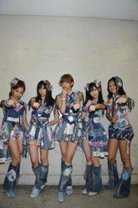 AKB48のこちらの5人の中で1番身長が低いメンバーを教えて下さい?あとこのポーズ誰かと似てませんか?