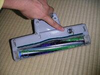 ダイソンの掃除機の質問です。 この掃除機って、パワーブラシになってるのもありますが、床にあててる時だけブラシが電動で回転します。この点については日本製も同様です。 どちらもノズル部分に、床にあてると凹むローラーが付いてます。(添付の写真の人差し指部分。)ダイソンは電源が入った状態でそのローラーを押すと機械が察知してブラシが回転します。だけど、日本製の掃除機はそのローラーを押してもブラシは回...