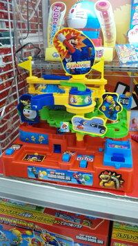 スーパーマリオのおもちゃでクリスマスにこどもに買ってあげる約束をしましたが、おもちゃの名前がわからず、おもちゃ売り場でも定員に首を傾げられています。