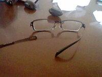 メガネの耳に掛ける所が取れました。助けてください 学生です。今日メガネの耳に掛ける所がとれました。 これで三回目です。二回目の折った時に修理代が高く親から「もう絶対するなよ」と言われ親に言えません。...