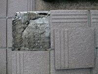 剥がれたタイルの補修の仕方、教えてください。 玄関前の外のタイルが剥がれました。専用の接着剤とか売ってるんですか。目地の部分はどうしたら良いんでしょうか。 割れたタイルも有るんですが、同じ物って探せ...