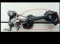 ロードバイクのホイール交換の際、リアディレイラーのプーリーゲージの向きが変になっておりホイール交換できませんでした。下記回答お願いします。 ・プーリーゲージの向きが変になったと考えられる理由 ・直しかた