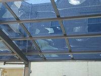 トステム カーブポートシグマIII 積雪~30㎝対応 屋根材:熱線吸収アクアポリカーボネート(ライトブルー)熱線吸収アクアポリカーボネート を建てたのですが、天気の良い日はパネルが歪んで波打ちます。 この...