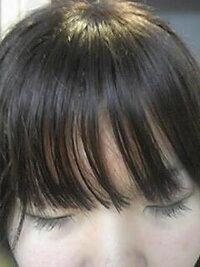 前髪がこんな感じでバラバラになっちゃうんですがどうすればいいですか?  シャンプーはダブでマシェリ使ってます。