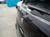 プジョーの車、、リアハッチドア修理費について・・・T-T 皆さんご存知な方、、知恵(力)を貸してください・・・。 先日、、立体駐車場の突起物(鉄骨の支え部分)にバックから停める際にヒットさせてしまい、リア...