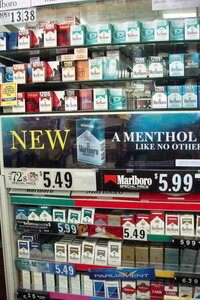 みなさん、コンビニには行った事があると思いますが、大抵のコンビニは、レジ裏にこの写真のようにタバコの陳列棚があります。   非喫煙者や喫煙者のみなさん、お支払いの際、目に入ると思いますが、どう思いま...