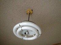 シーリングランプの取り付けについて   現在、自分の部屋の電気は下の写真の通りのものですが ずっと昔から使ってきたのでそろそろ取り換えたいと思うのですが 自宅にはシーリングランプがありませんので シ...
