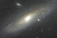 なぜ銀河の中心はあんなに明るいのでしょうか? 恒星が密集しているからでしょうか?