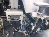 MPV(LW3W)の、このコネクタは何ですか? 平成16年式 マツダ MPV エアロリミックス UA-LW3Wです。  運転席の右下の、ボンネットオープナーの奥にある 黒いコネクタは何でしょうか?  ...