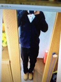 この服装と靴の組み合わせは変ではないでしょうか? 紺のカーディガンと白いワイシャツに黒のディッキーズのチノパンに靴はティンバーランドです