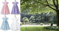 リングガールのドレスの色を悩んでいます。 日本庭園で人前式を行います。新郎は黒の羽織袴、新婦は白無垢です。赤い絨毯を敷いた和風の人前式です。 新郎の姪がリングガールを務めてくれます。 両家で話し合った結果、リングガールの服装は、ドレスに決まりました。 (七五三の衣装をレンタルする案がありましたが、没になりました)  ドレスの色の決定は、私たち新郎新婦に一任されました。 姪たちは、...