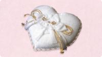 リングガールが持ちやすく写真映えする【ほんのり和風のリングピロー】を探しています。 4月の日本庭園で挙式を行います。新郎新婦は黒の羽織袴&白無垢です。 二人のリングガール(小2&幼稚園年中)は、白の...
