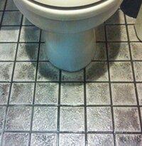 バイト先のトイレのタイルの黒ずみが落ちません。今まで試したのは、 ・ハイター ・ドメスト ・サンポール ・お湯 ・アルコール らしいです。私ではなくほかの人が試しました。画像つけてます。よろしくお...
