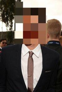 紺色のスーツにこの色のネクタイは面接時や就職活動時の格好としてどうですか? ネクタイの細いさがふさわしくないことはわかっています。 色合い的にふさわしいかどうかを教えてください。