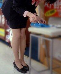 携帯ショップの店員さんの制服ですが、ミニスカートが多いのはなぜでしょうか?  待っている時などついそのスト脚に目がいってしまうことなんてありますか (・∀・)