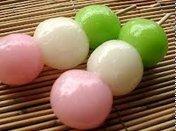 「だんご」って英語でなんですか? 英和辞典では「Dumpling」と出ますが、 Dumplingって饅頭のようなものですよね? なぜ、DangoではなくDumplingといいますか? DumplingってGoogleからのイメージを見たらぜんぜん違うような気がします。 「だんご」は英語でなんと言いますか? 「日本のだんご」の意味を持ったよく使われる英語を教えてくださいませんか。 ...