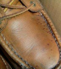 レザーのワークブーツに深く浸透した黒かびの消し方は? 茶色のワークブーツの足の甲の部分に黒いカビが生えてしまいました。おそらく内側から外側まで貫通して生えているようで表面だけの処理では消せそうにあり...
