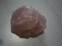 ローズクォーツとピンクフローライトの見分け方(原石) この前ピンク色の半透明の石を買いました。 ですが名前が書いておらず何の石か分かりません、調べてみるとローズクォーツの原石とピンクフローライトの原石に似ていました。 この二つの見分け方は何でしょうか?