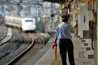 駅員とか電車運転手、車掌など、若い人ばかりですが、年輩の人はどこに行ってしまうのですか? 運転手などは、定年退職まで運転手のような感じがしますけど違うのでしょうか?