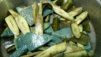 こんにゃくの色が青くなりました。 ごぼう・こんにゃく・昆布の煮物を作りました。  写真では、分かりにくいですが、こんにゃくが緑色みたいな青緑に変色してしまいました。 味は、変わりありませんが…。食べ...