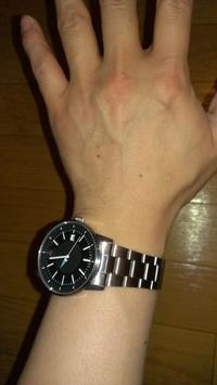 腕時計の付け方について質問です。  腕時計初心者なので教えてください。  ベルト部分は緩い方が正しい付け方なのでしょうか? ベルトと手首の隙間に指が入るくらいは空きを作れと教わっていて、その通りに実行 したのですが、腕を上げた時は時計一個ぶんずり下がってきて、通常時は1回転はしませんが、上を向いていない状態になってる事もしばしば これは普通なのでしょうか? 若干違和感を感じているので詳しい方...