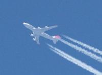 高度飛行の航空機について 青い空に飛行機雲を残しながら旅客機が高度飛行中、ジェット音が聞こえる時と聞こえない時があります。 飛行の高さの度合い、気温や湿度、風などの関係上、音が聞こえたり聞こえなかったりするのでしょうか。